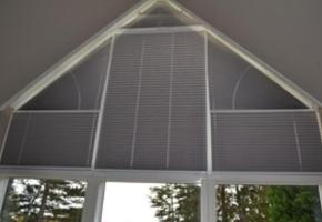 Plisētas žalūzijas trīsstūrveida logiem – 11 tips