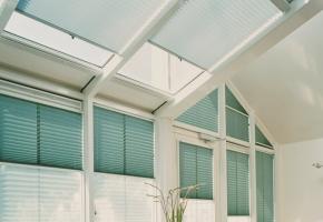 Plisētas žalūzijas trīsstūrveida logiem – 13 tips