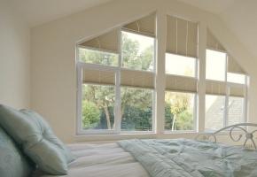 Plisētas žalūzijas trīsstūrveida logiem – 16 tips