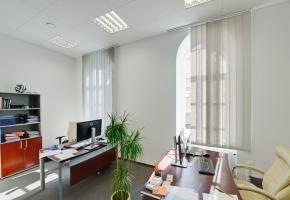 Vertikālās žalūzijas ar Screen audumu birojā